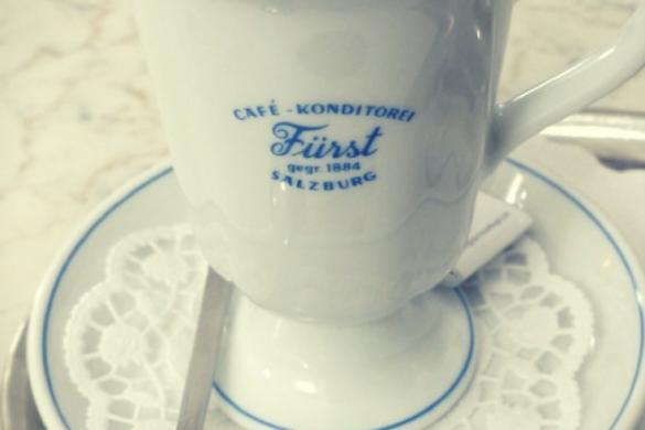 Biała przyjemność czyli kawa z mlekiem, śmietanką i białą czekoladą.